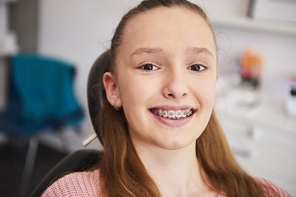 Adolescente avec appareil dentaire metal | Orthodontie des Laurentides à St Jérôme
