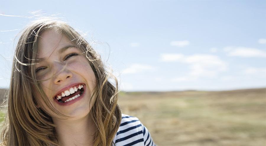 Sourire adolescent avec bagues dentaires transparentes | Orthodontie des Laurentides à St Jérôme