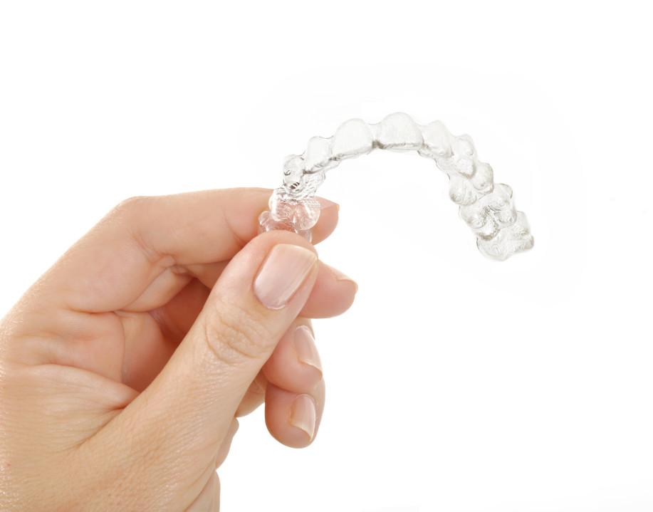 Appareil Invisalign sur fond blanc | Orthodontiste à St Jérôme