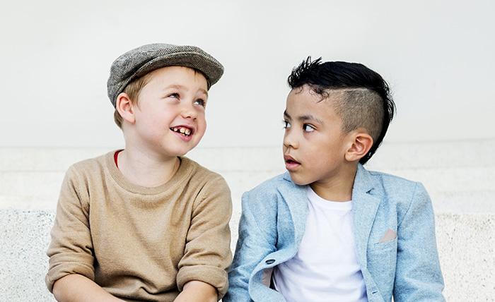 2 enfants qui discutent | Orthodontie des Laurentides à St Jérôme