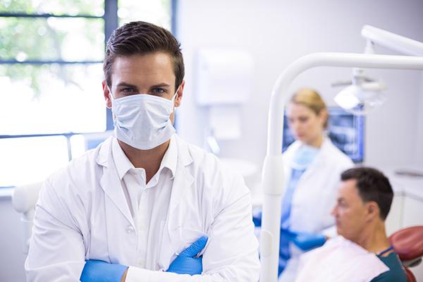 Orthodontiste portant un masque | Orthodontie des Laurentides à St Jérôme